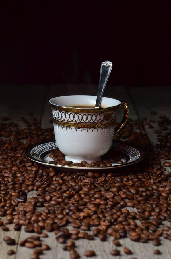 Placer för tabell för tappning för korn för skugga för ljus för kaffekopp wood arkivbilder