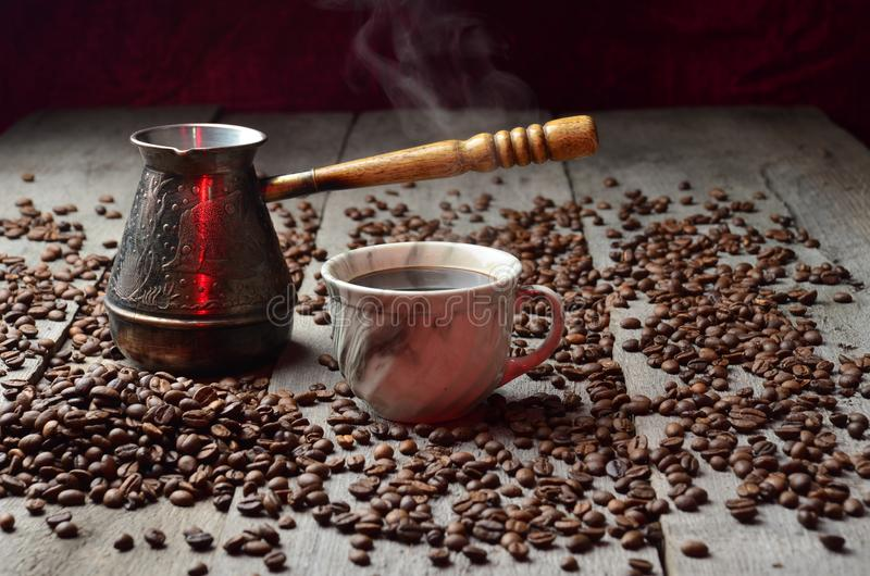 Placer för tabell för tappning för korn för skugga för ljus för kaffekopp wood royaltyfria foton