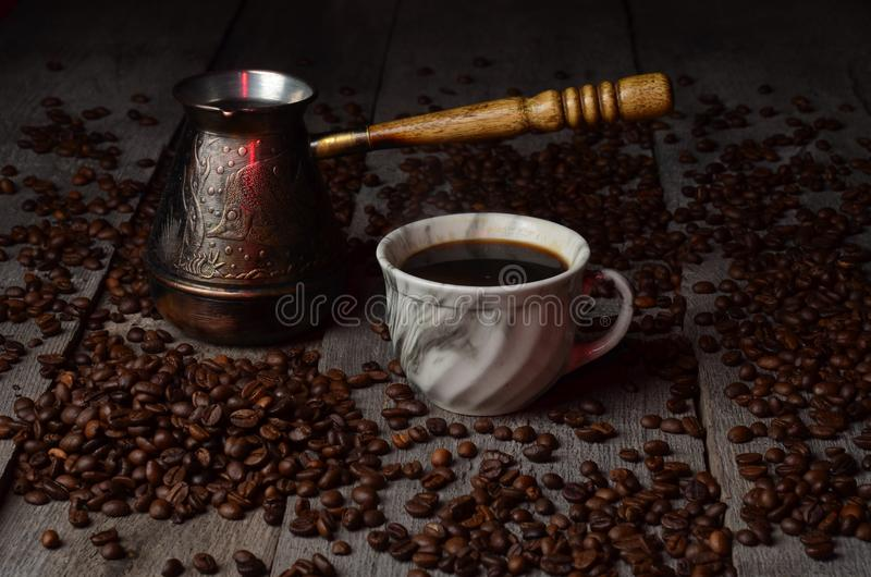 Placer för tabell för tappning för korn för skugga för ljus för kaffekopp wood royaltyfria bilder