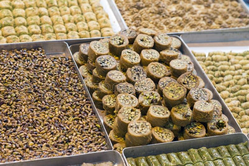 Placer turco tradicional del pistacho y de la miel en una tienda dulce Mercado del dulce y de la especia de Estambul, Turquía fotografía de archivo