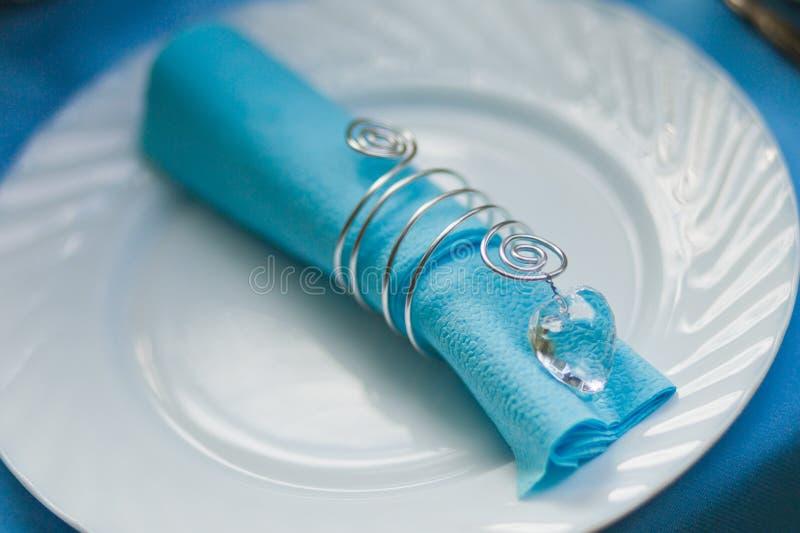 Placera brud BouquetBride och ansa tabellen med brud bukett på bröllopmottagandet royaltyfria bilder