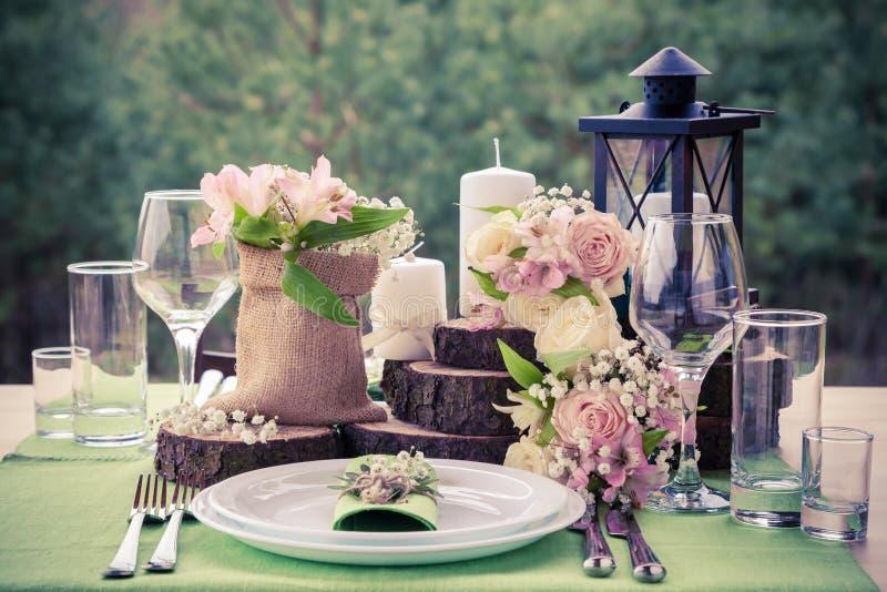 Placera brud BouquetBride och ansa tabellen med brud bukett på bröllopmottagandet royaltyfri fotografi