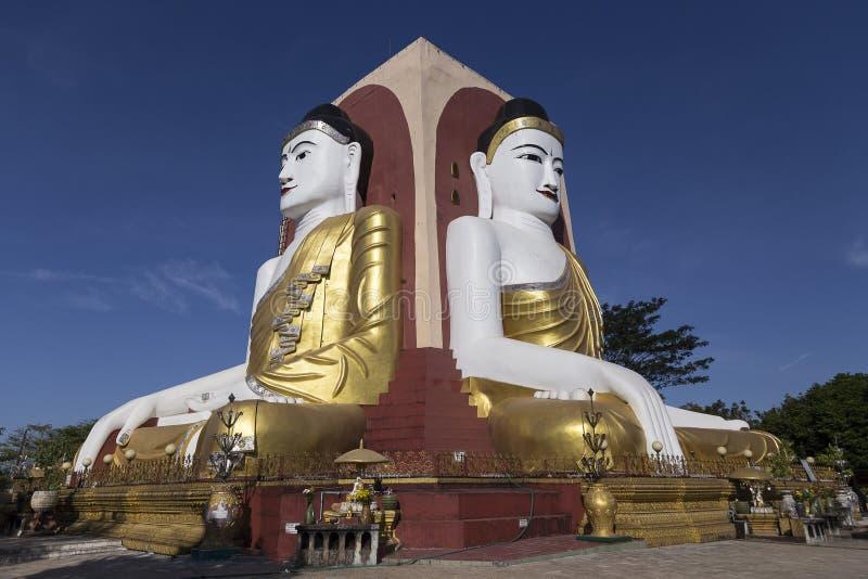 Placerade Buddha på den Kyaikpun pagoden i Bago, Myanmar royaltyfria bilder