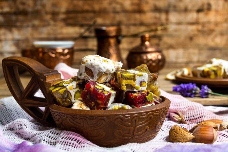 Placeres turcos con los pistachos y la flor color de rosa fotografía de archivo libre de regalías