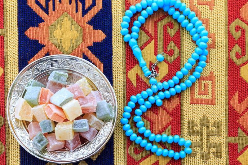 Placeres turcos y rosario azul en la alfombra turca tradicional fotos de archivo libres de regalías