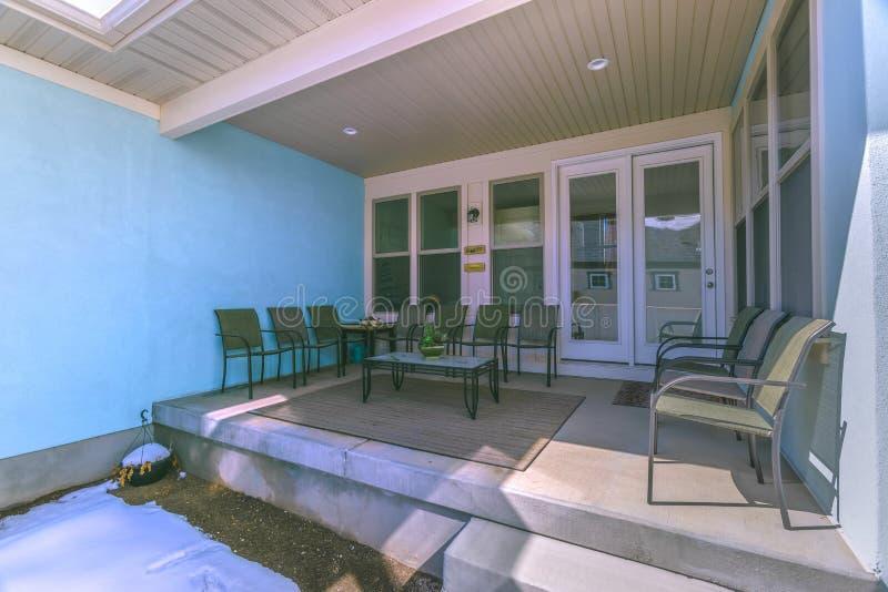 Places assises sur le porche d'une maison avec la lucarne sur le toit photo libre de droits