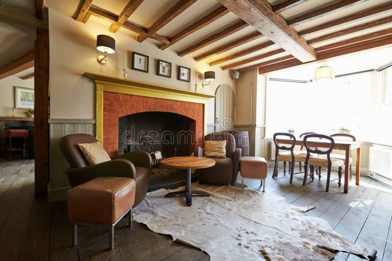 Places assises vides dans le bar du hôtel élégant images libres de droits