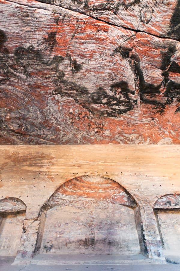 Places dans le hall antique de tombeau d'urne dans PETRA photo stock