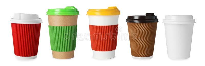 Placez avec des tasses de café de papier blanc sur le fond blanc images stock