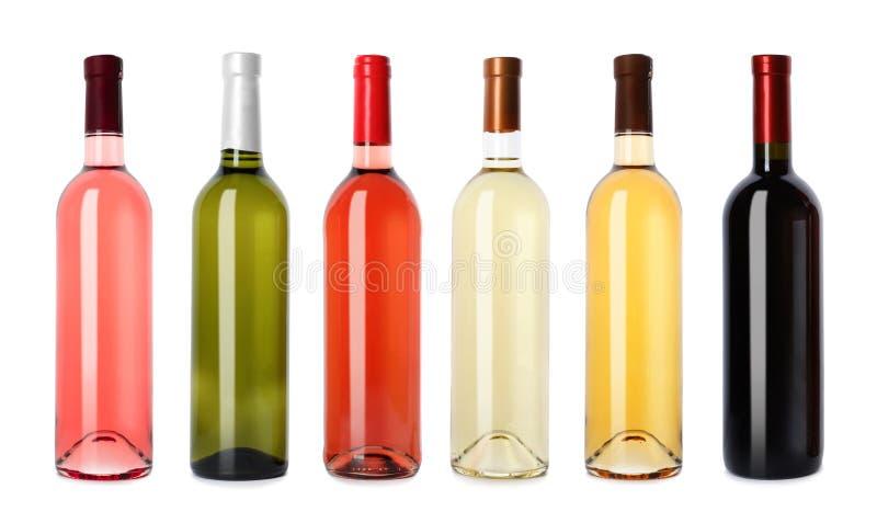 Placez avec différentes bouteilles de vin vides images stock