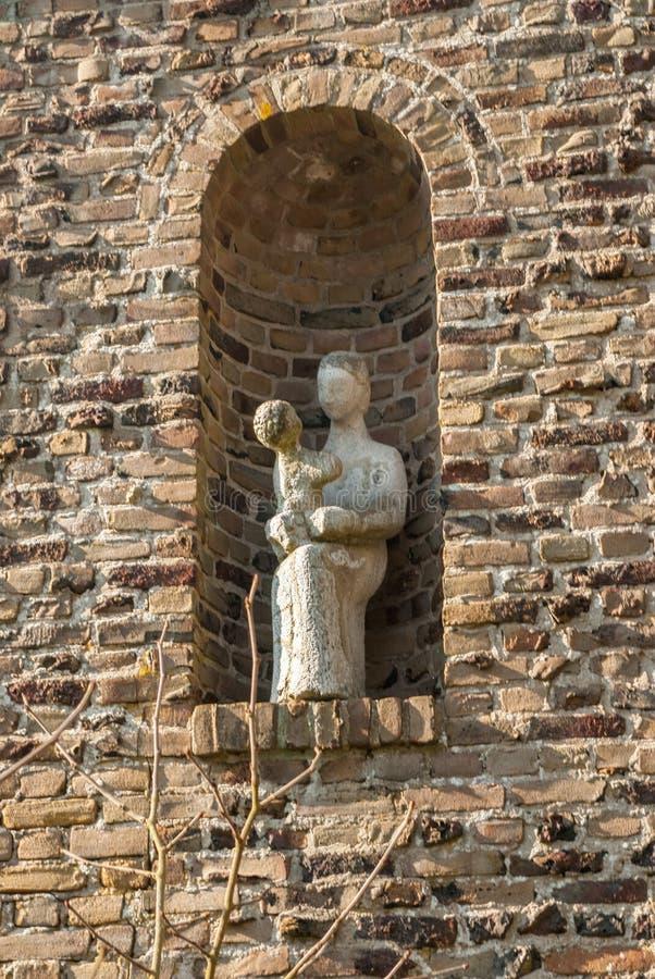 Placez avec la statue se reposante de St Mary avec jouer l'enfant Jésus sur le recouvrement photographie stock libre de droits