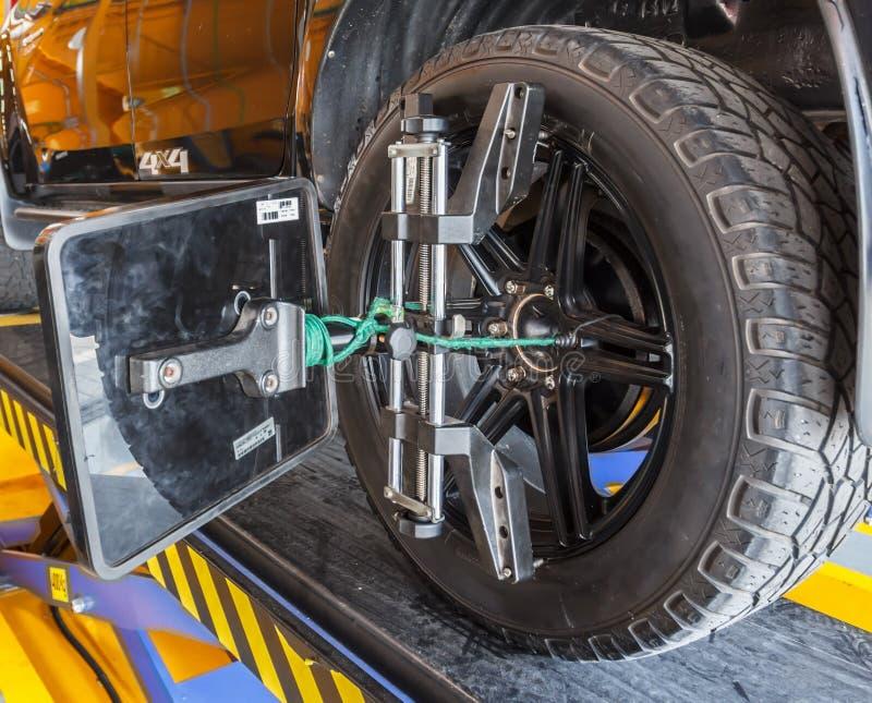 Placez contre la roue centrale la voiture image libre de droits