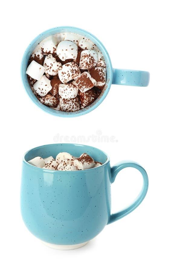 Placez de deux tasses avec le lait chocolaté doux et les guimauves photos stock