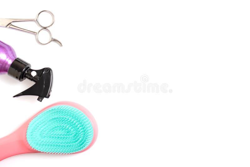 Placez de l'équipement professionnel d'outils de coiffeur sur le fond blanc - ciseaux, brosse et jet - concept de coiffeur avec l photos stock