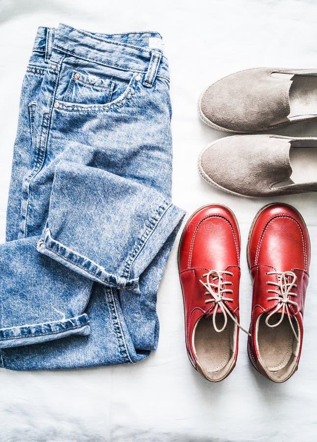 Placez de l'habillement des femmes pour des loisirs, des promenades - les jeans de la maman, des slipons beiges de suède et des c images libres de droits