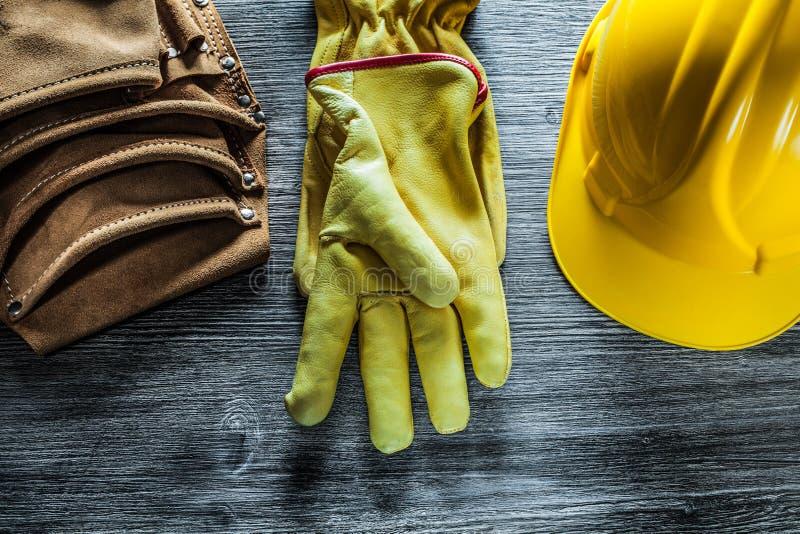 Placez de la ceinture d'outil de chapeau de gants de sécurité sur le conseil en bois photo libre de droits
