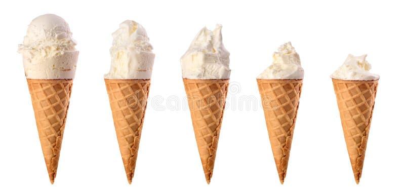 Placez de la glace à la vanille mordue avec la gaufre photographie stock
