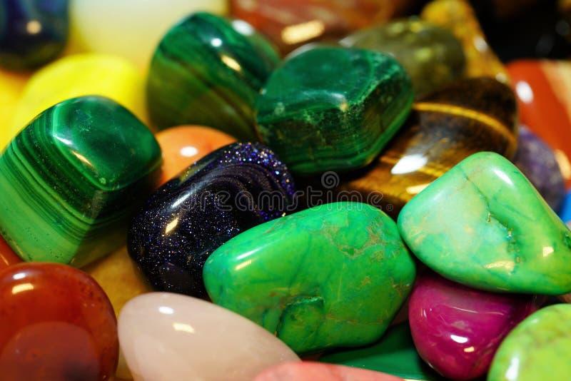 Placez de la pierre gemme semi-précieuse Beaux minerais de pierres gemmes image de plan rapproché semi-précieux de beaucoup de photos stock