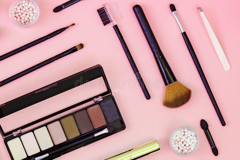 Placez de la poudre cosmétique décorative, crayon correcteur, brosse de fard à paupières, mascara photographie stock libre de droits