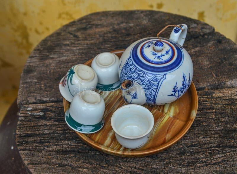 Placez de la théière et de la tasse de thé photographie stock libre de droits
