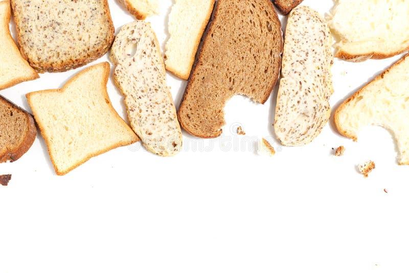 Placez de plusieurs tranches de pain différent sur un fond blanc images libres de droits