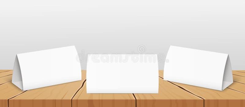 Placez de trois cartes de tente de table en blanc à la maquette réaliste de vecteur de conception de presentate illustration de vecteur