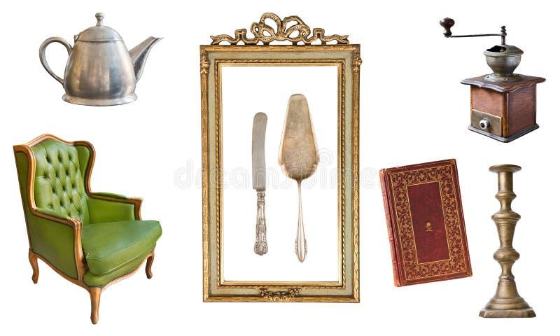 Placez de 8 vieux articles magnifiques de cru Vieux plats, appareils, bouilloires, chaises, livres, broyeur de café, chandeliers, photos libres de droits