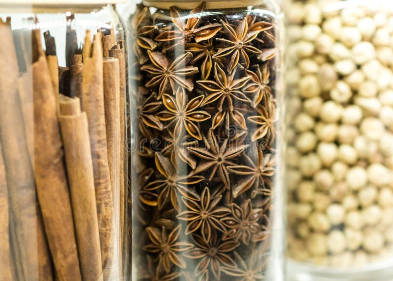 Placez des épices et des herbes sèches dans des bouteilles en verre, variété d'épices image stock