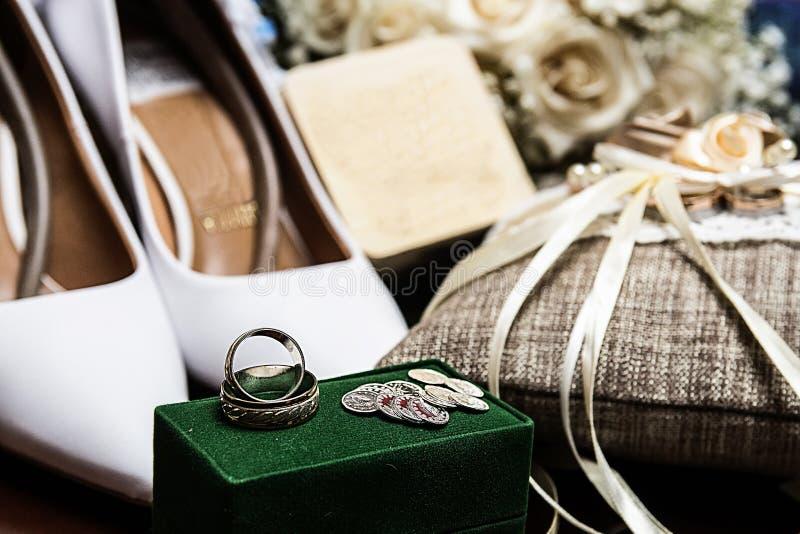 placez des accessoires pour la jeune mariée pour le mariage images stock