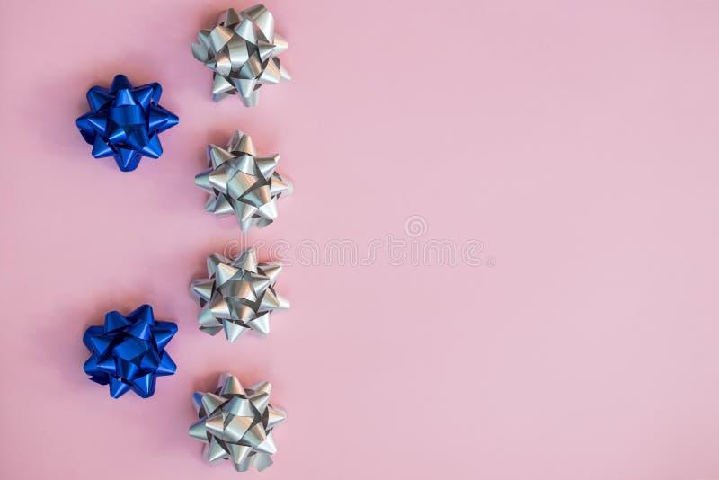 Placez des arcs argentés et bleus sur le bleu Le ruban des vacances cintre pour des cadeaux de décoration Ruban argenté avec le n photo stock