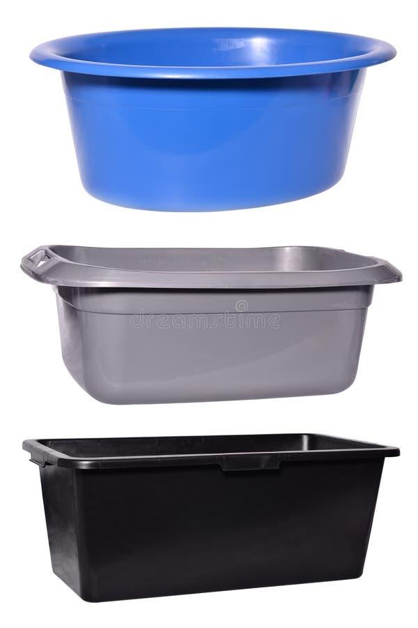 Placez des bassins en plastique d'isolement sur le fond blanc photo stock