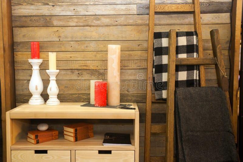 Placez des bougies colorées sur le coffre des tiroirs en bois près du mur à la maison images libres de droits