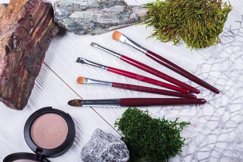 placez des brosses de maquillage et des outils professionnels, éléments décoratifs photo stock