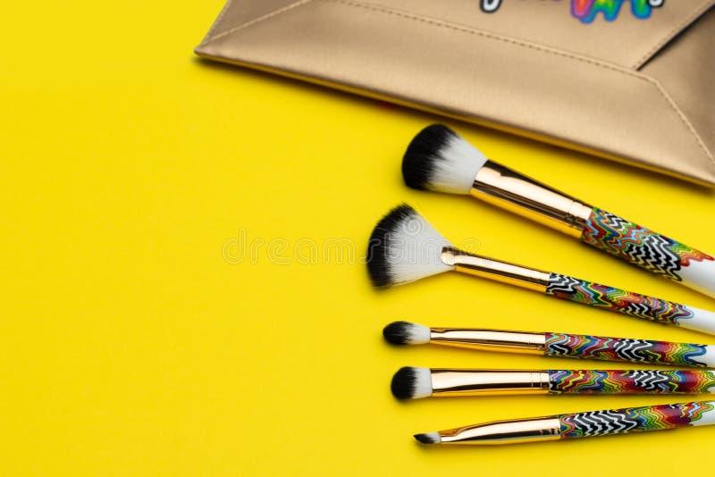 Placez des brosses de maquillage près du sac à main image stock