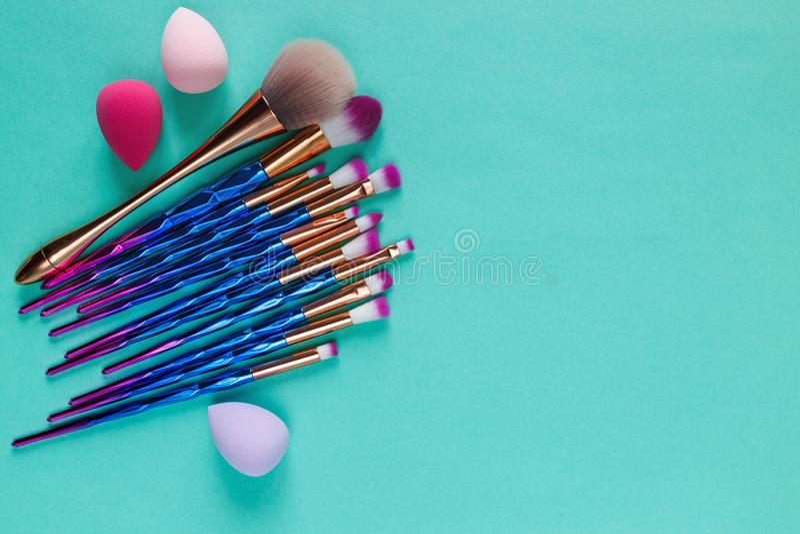 Placez des brosses métalliques pourpres de maquillage de diverse violette à la mode professionnelle de mode, mélangeurs de beauté photographie stock libre de droits