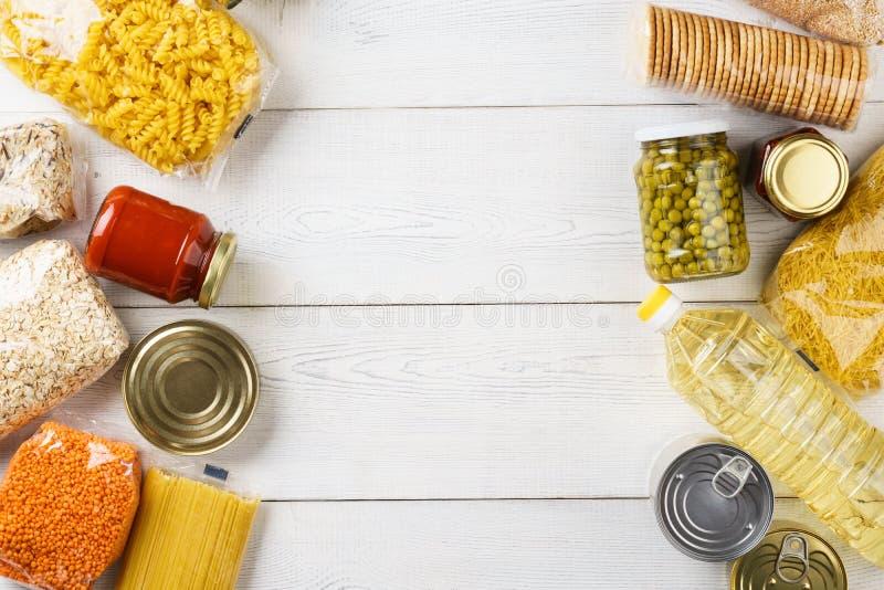 Placez des céréales crues, des grains, des pâtes et de la nourriture en boîte photos stock
