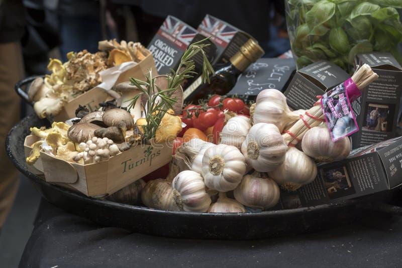 Placez des champignons dans des boîtes d'écorce de bouleau au marché de ville photos stock