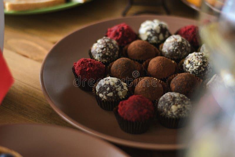 Placez des chocolats délicieux de truffe sur la table de vacances photographie stock