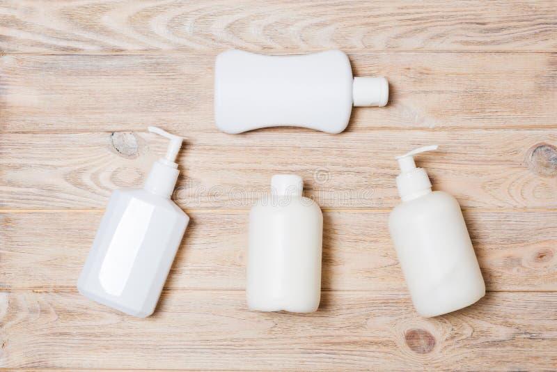 Placez des conteneurs cosmétiques blancs sur le fond en bois, vue supérieure avec l'espace de copie Groupe de conteneurs en plast photo stock
