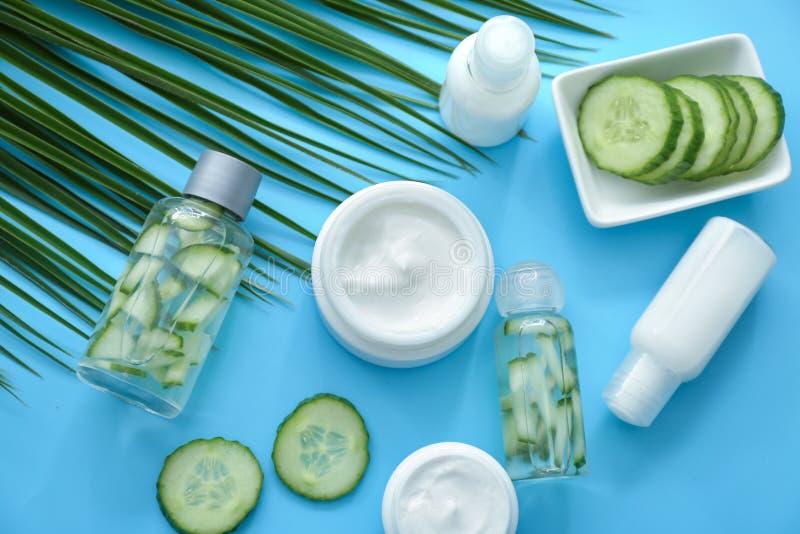 Placez des cosmétiques avec l'extrait de fines herbes sur le fond de couleur image stock