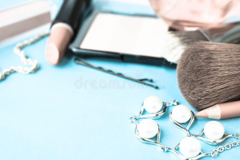 Placez des cosmétiques femelles du rouge à lèvres, barre de mise en valeur, revêtement de lèvre, brosses, brosses, parfum, la pou photographie stock