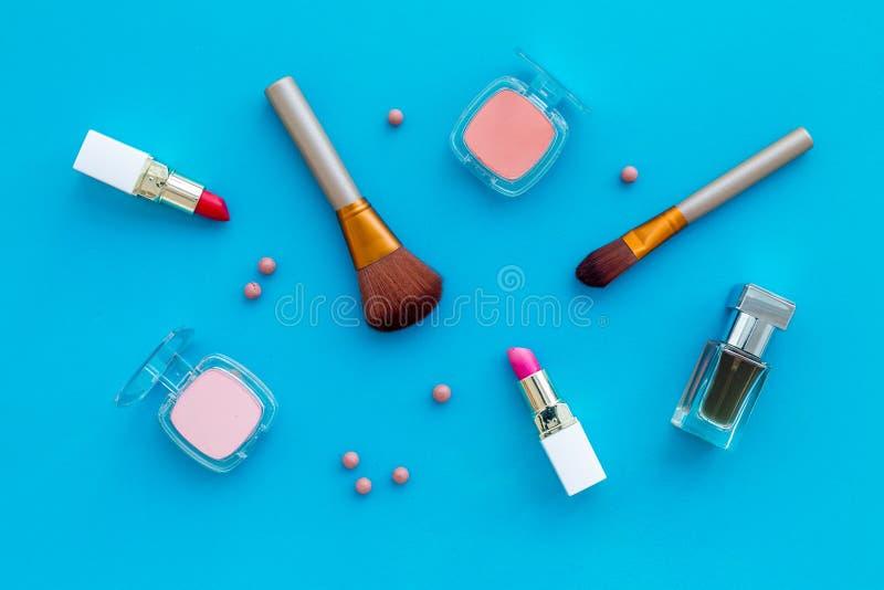 Placez des cosmétiques roses Rouge à lèvres, le volume, fard à paupières, parfum près des brosses sur la vue supérieure de fond b image libre de droits