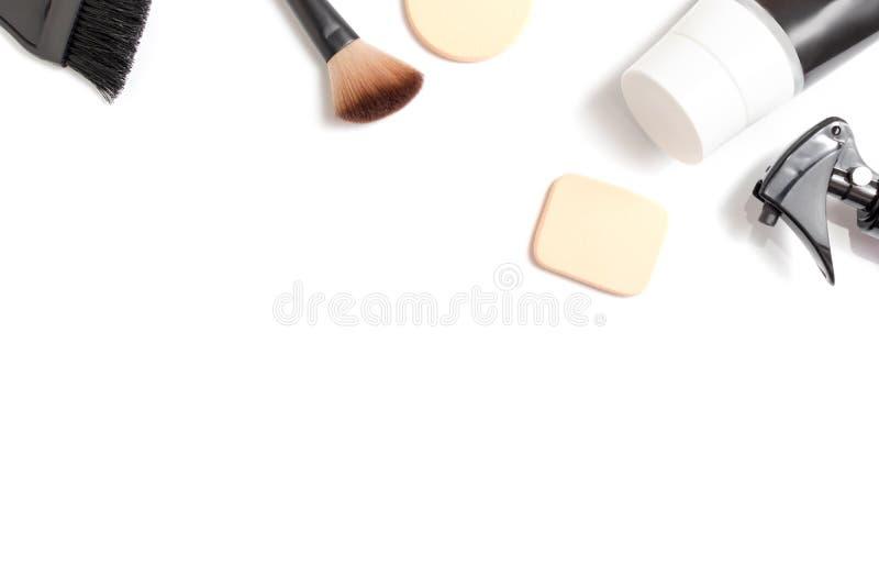 Placez des cosm?tiques d?coratifs professionnels, le maquillage et les outils et l'accessoire de beaut? sur le fond blanc avec l' photos libres de droits