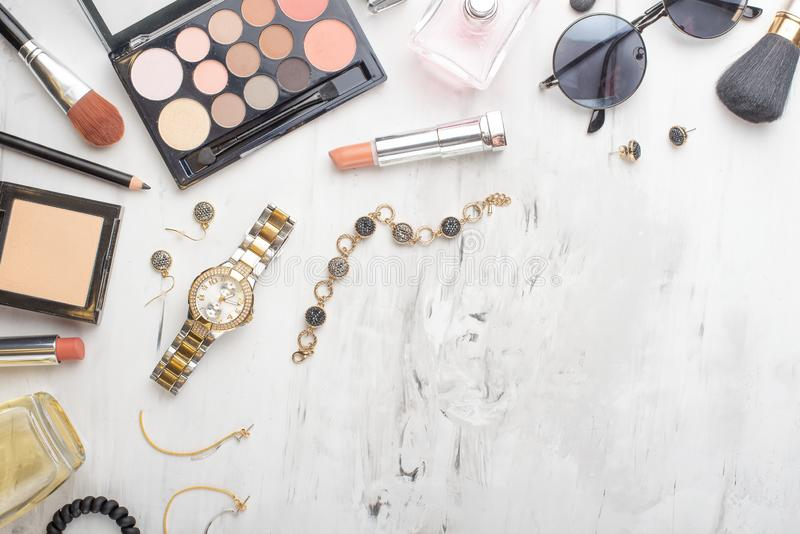 Placez des cosm?tiques, des outils de maquillage et des accessoires professionnels sur un fond de marbre blanc avec l'espace de c photos libres de droits
