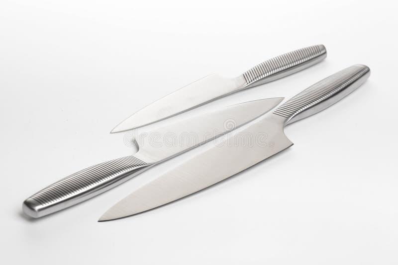 Placez des couteaux de cuisine en acier sur le fond blanc photos stock