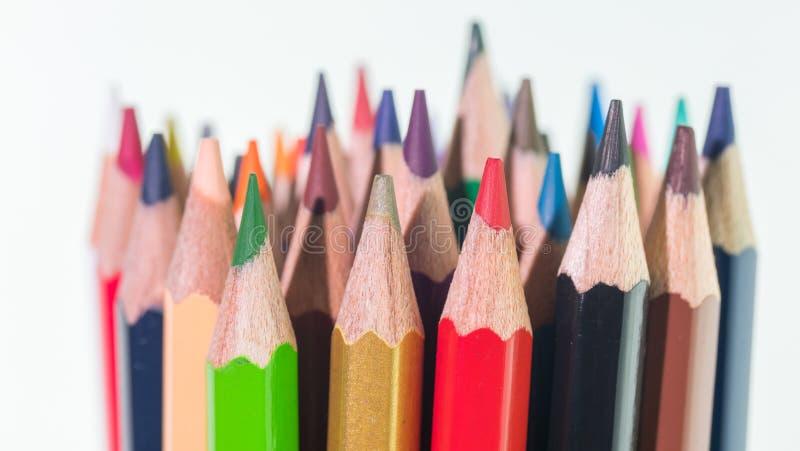 Placez des crayons multicolores lumineux sur un fond blanc photo libre de droits