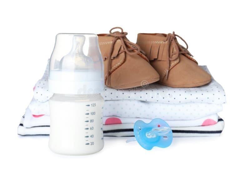 Placez des différents accessoires de bébé et du mélange de alimentation dans la bouteille photos stock