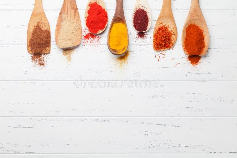 Placez des diverses épices dans des cuillères photos libres de droits