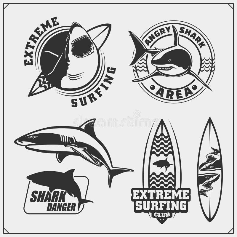 Placez des emblèmes surfants avec le requin Éléments de conception de ressac Conception d'impression pour des T-shirts illustration de vecteur