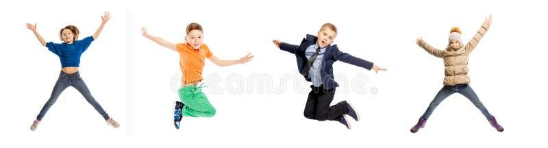 Placez des enfants sautants Garçons et filles d'âge scolaire D'isolement sur un fond blanc images libres de droits